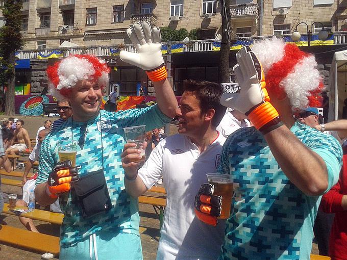 Отбросив предрассудки, британцы ринулись в Киев, на помощь своим футболистам