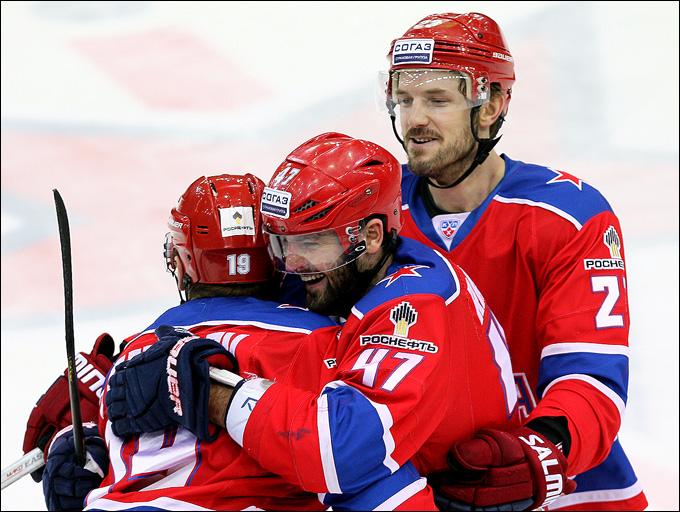 Никлас Перссон (справа) с братьями Радуловыми