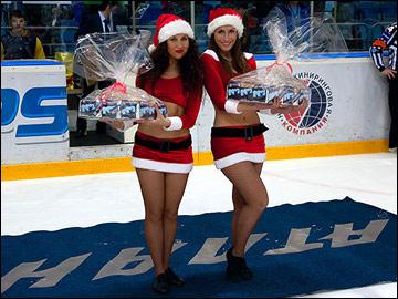 А на льду раздавали подарки