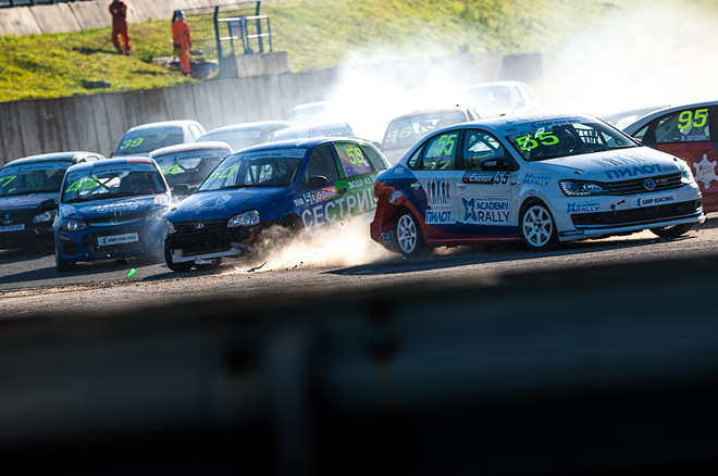 Александр Марушко из Йошкар-Олы прорубается сквозь строй соперников во втором повороте субботней гонки