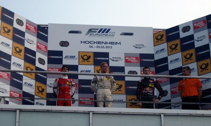 Подиум Формулы-3 и мешающие фотографам ограждения