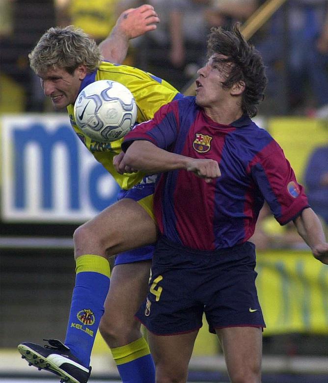 """8 апреля 2001 года. Мартин Палермо (""""Вильярреал"""") в борьбе с Карлесом Пуйолем (""""Барселона"""")"""
