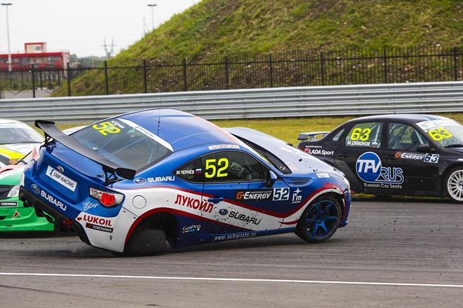 В первом повороте Максим не полез толкаться на внутренний радиус, но его Subaru BRZ все равно попала под горячую руку соперников