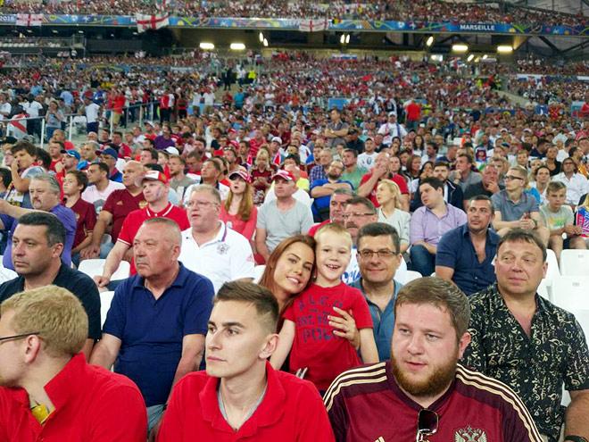 Жена Олега Иванова Кристина со старшим сыном Артёмом и отцом на трибуне стадиона