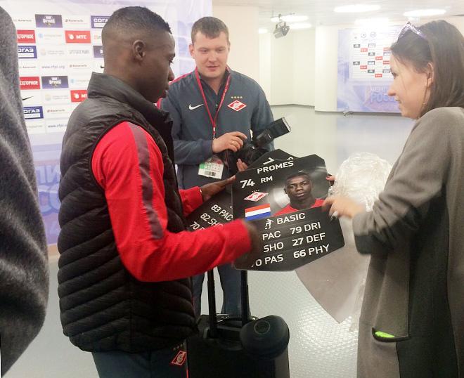 Промес получает из рук сотрудников «Спартака» именную табличку – в честь попадание в команду недели FIFA15