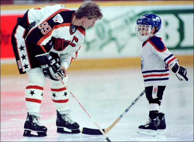 """Фрагменты сезона. 7 февраля 1989 года. Эдмонтон. Матч Всех Звезд НХЛ. Уэйн Гретцки и сын защитника """"Ойлерз"""" Чарли Хадди Райан."""
