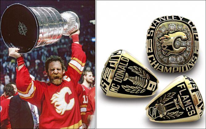 """Слева — капитан """"Калгари"""" Лэнни Макдональд с Кубком Стэнли. Справа — его чемпионский перстень."""