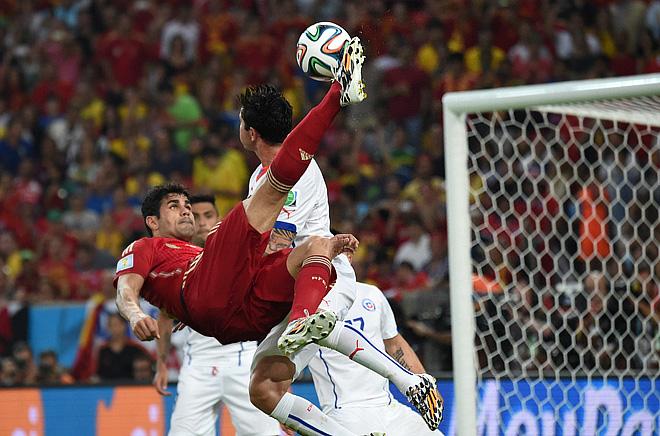 Красивейший удар через себя нападающего сборной Испании Диего Косты в матче с Чили