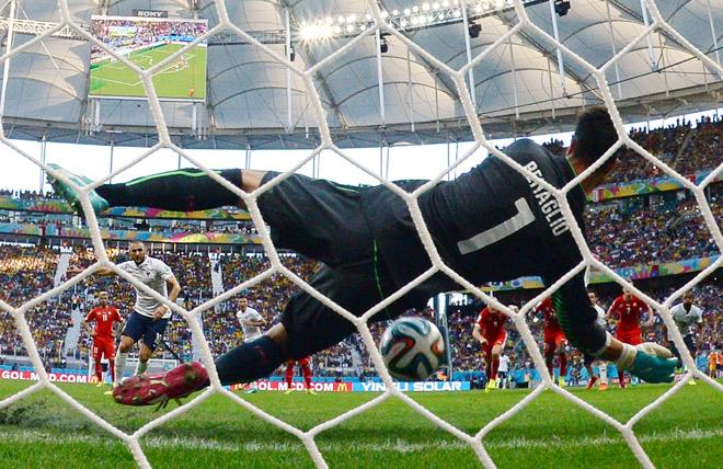 Швейцария — Франция — 2:5. Диего Бенальо парирует пенальти