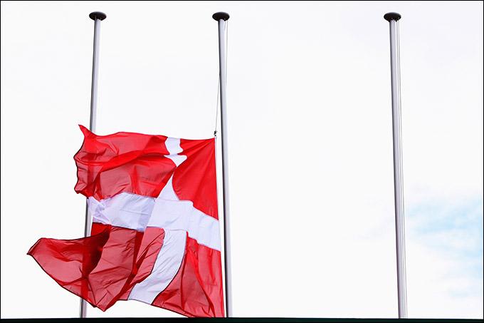 Приспущенный в память о Симонсене флаг Дании