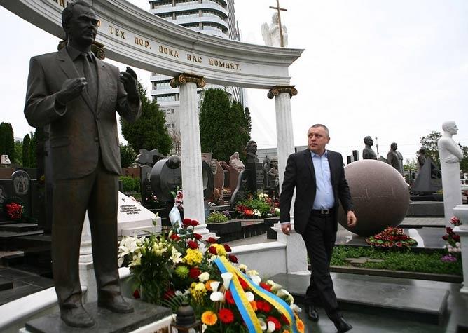 """Президент """"Динамо"""" возложил цветы к могиле Лобановского на Байковом кладбище"""
