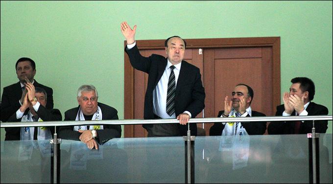Муртаза Рахимов на гостевой трибуне нефтекамского ледового дворца