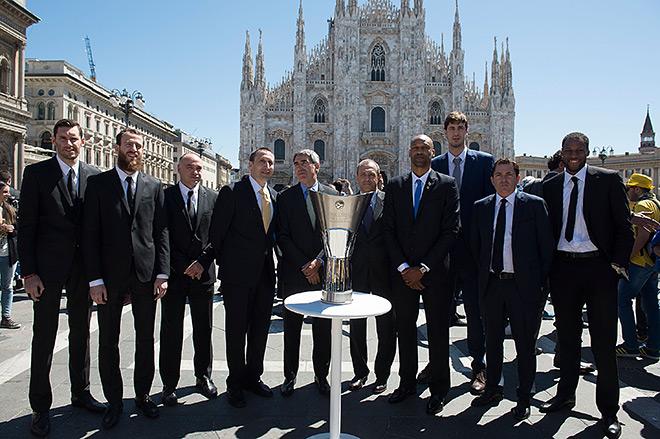 Кубок и претенденты на него встретились в солнечный полдень на площади у Дуомо в Милане