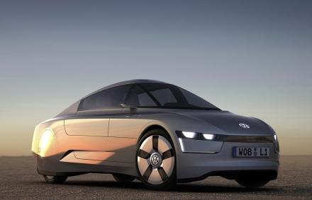Концепт-кар Volkswagen L1 может обогнать даже пулю. Этому способствует легкое карбоновое покрытие корпуса, вес машины — всего 380 килограммов.