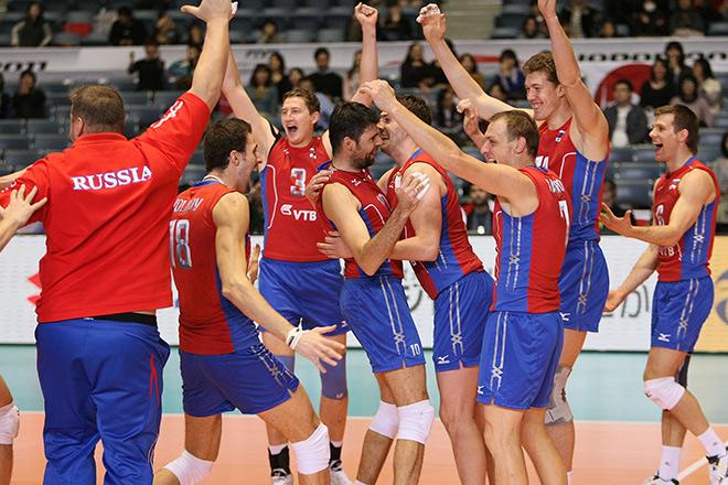Российские волейболисты празднуют победу на Кубке мира-2011