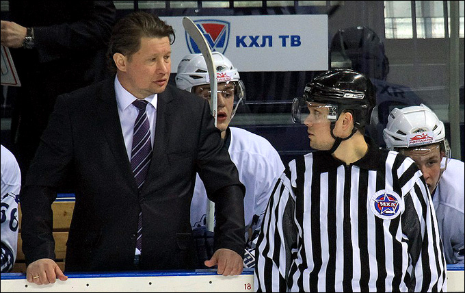 "Айрат Кадейкин (слева) на тренерском мостике ""Реактора"""