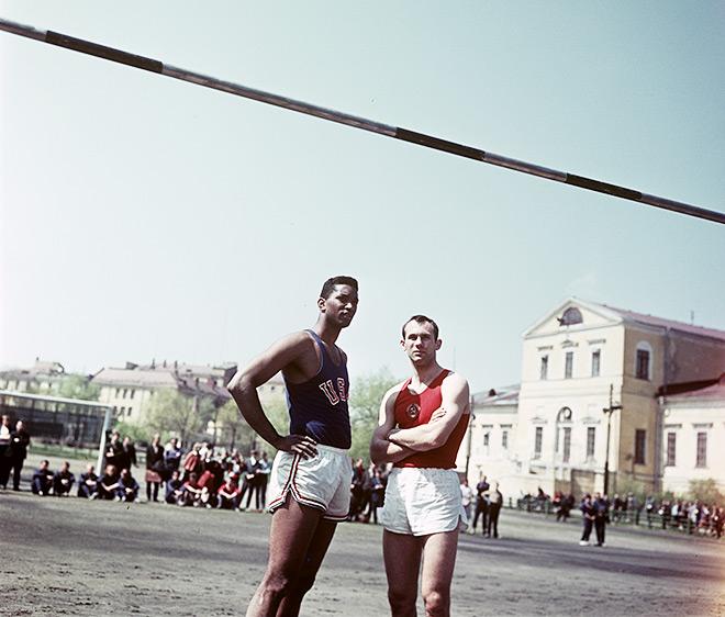 Валерий Брумель со своим главным соперником — американским прыгуном Джоном Томасом