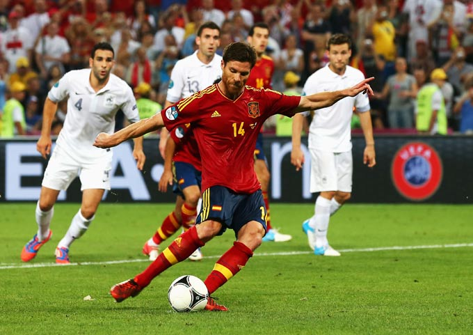 Хаби Алонсо забивает второй гол в ворота Франции