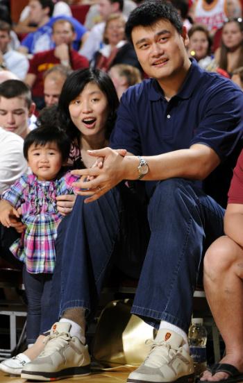 "Яо Мин с семьёй на матче ""Хьюстона"" с ""Далласом""."