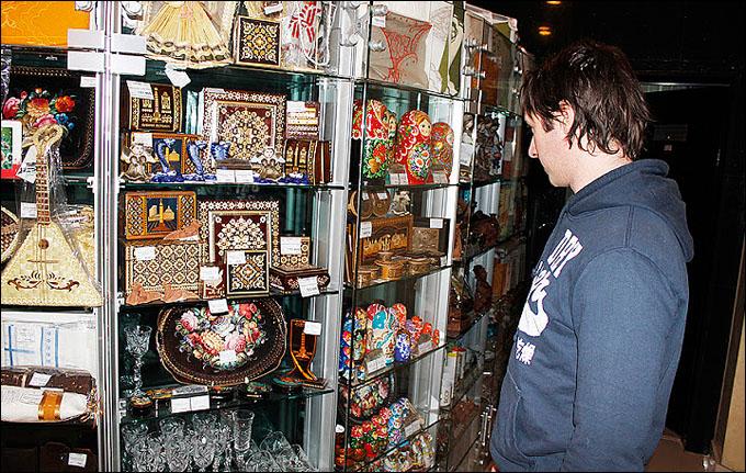 Ким Хиршовиц возле сувенирного киоска
