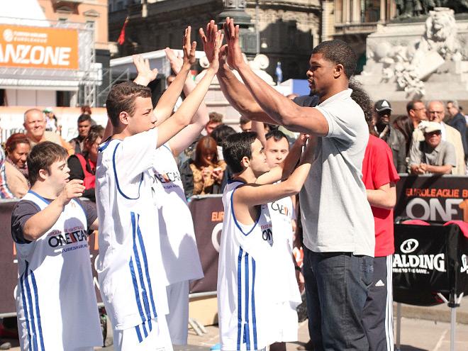 Международный посол благотворительной программы Евролиги One Team центровой ЦСКА Кайл Хайнс во время праздника на площади Дуомо