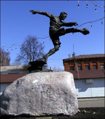 Памятник Всеволоду Боброву на Родине, в Моршанске