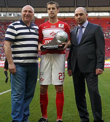 Дмитрий Комбаров с призом лучшему футболисту апреля