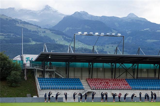 Арена представляет собой четыре небольшие трибуны, выкрашенные в знаковые для Слуцкого красно-синие цвета