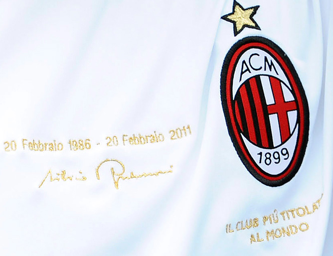 """""""Милан"""" играл в футболках со специальной надписью, сделанной к 25-летнему юбилею правления клубом Сильвио Берлускони."""