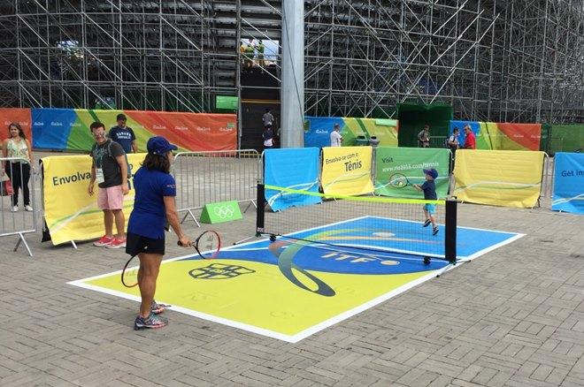 Мини-теннис около большого тенниса