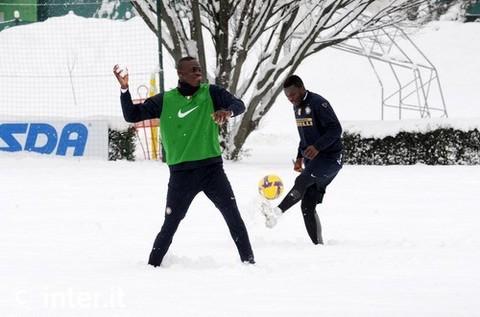 """Виктор Обинна (справа) и Марио Балотелли радуются снегу на тренировочной базе """"Интера"""""""