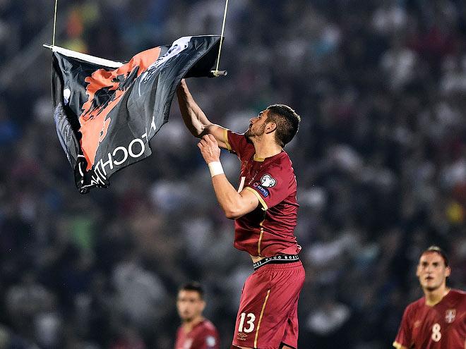 Стефан Митрович ухватил флаг и притянул его к земле