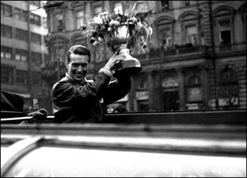 Богумил Модры с Кубком чемпионов мира 1949 года