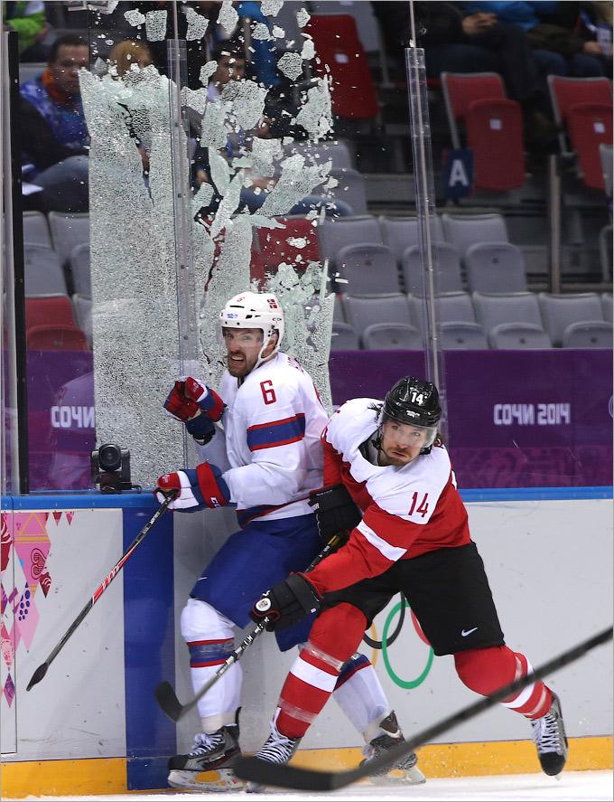 Часть ограждения не выдержала после столкновения хоккеистов в матче между сборными Норвегии и Австрии