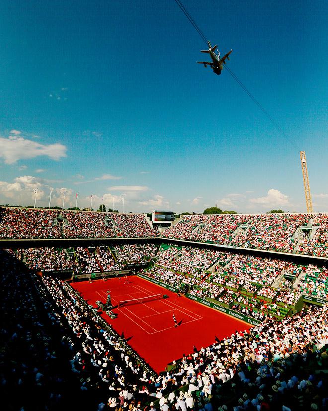 Камера-самолёт на «Ролан Гаррос», «летающая» между двумя центральными аренами — Филиппа Шатрье и Сюзанн Ленглен