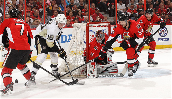 "22 мая 2013 года. Оттава. Плей-офф НХЛ. 1/4 финала. Матч № 4. ""Оттава"" — ""Питтсбург"" — 3:7. Бо Беннет разбирается с тремя защитниками хозяев"