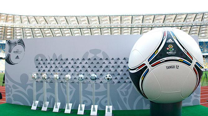 """Презентация официального мяча Евро-2012 """"Танго 12"""""""