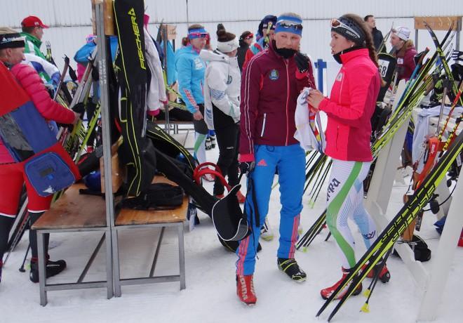 Сестры Кристина Резцова и Дарья Виролайнен общаются после гонки.