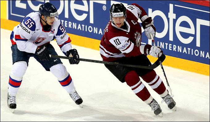Капитан сборной Латвии Лаурис Дарзиньш атакует словацкие ворота