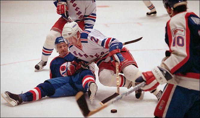 """Фрагменты сезона. 20 ноября 1989 года. """"Нью-Йорк Рейнджерс"""" — """"Виннипег Джетс"""". Брайан Литч прорывается через Дэйва Эллета."""