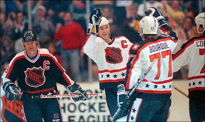 """Фрагменты сезона. 21 января 1990 года. Питтсбург. Матч """"Всех звезд НХЛ"""". Марио Лемье поздравляют с четвертой заброшенной шайбой."""