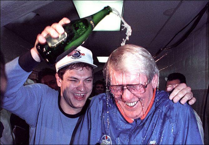 """24 мая 1990 года. Бостон. Эса Тикканен поливает шампанским главного тренера """"Эдмонтона"""" Джона Маклера."""