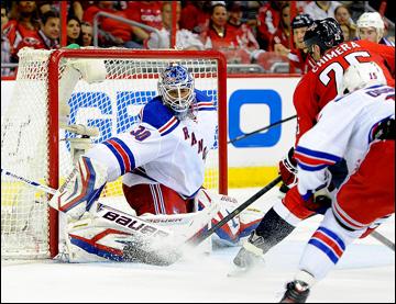 """4 мая 2013 года. Вашингтон. Плей-офф НХЛ. 1/8 финала. Матч № 2. """"Вашингтон"""" — """"Рейнджерс"""" — 1:0 (ОТ). Хенрик Лундквист отражает атаку """"Вашингтона"""""""