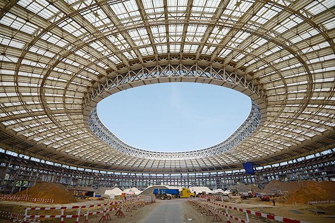 Вид на Большую спортивую арену «Лужники» в Москве, где проходят работы по реконструкции стадиона
