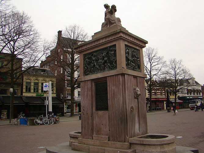 Монумент на центральной площади Энсхеде.
