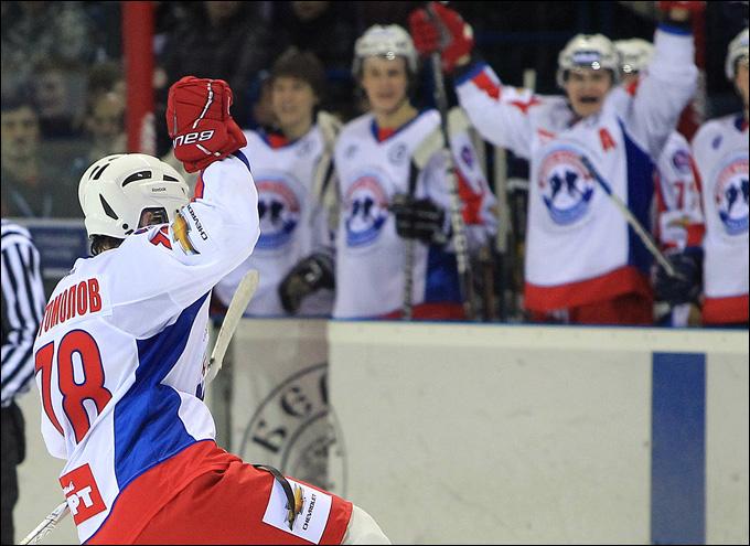 Николай Богомолов после заброшенной в пустые ворота шайбы
