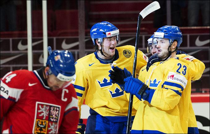 Партнеры поздравляют Никласа Перссона (справа) с заброшенной шайбой