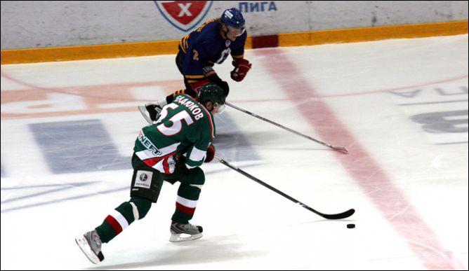 В атаке Алексей Бадюков.