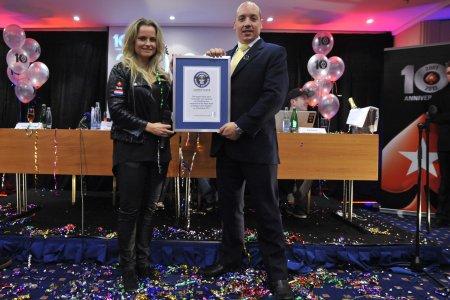 Газ Дэйвз вручил Фатиме Морейро де Мело сертификат об установленном Мировом рекорде