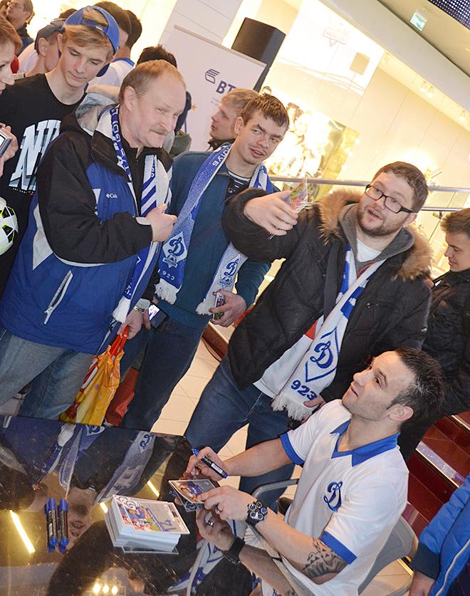 Матьё Вальбуэна даёт автографы болельщикам «Динамо»